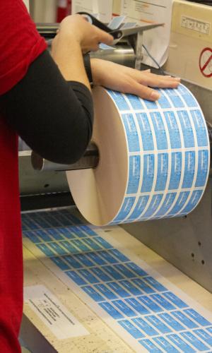 azienda amonn operatrice bobina etichette tipografia amonn print